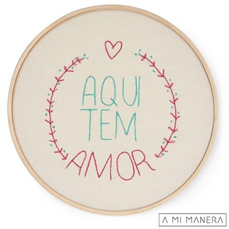 Quadrinho Bastidor Aqui tem Amor em Bordado - A Mi Manera, Colorido, Madeira e tela bordada, 03 meses